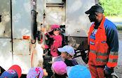 Kinder am Hausmüllsammelfahrzeug